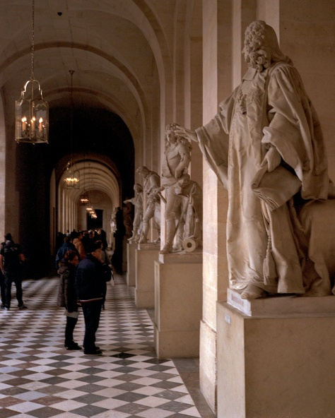 Tourists, Statuary