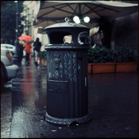 Trashcan in the rain, Rome